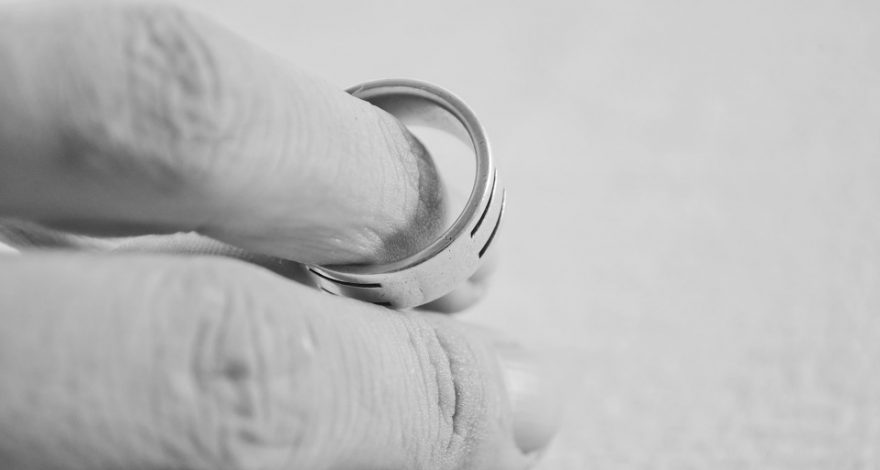 man taking off his wedding ring - divorce laws